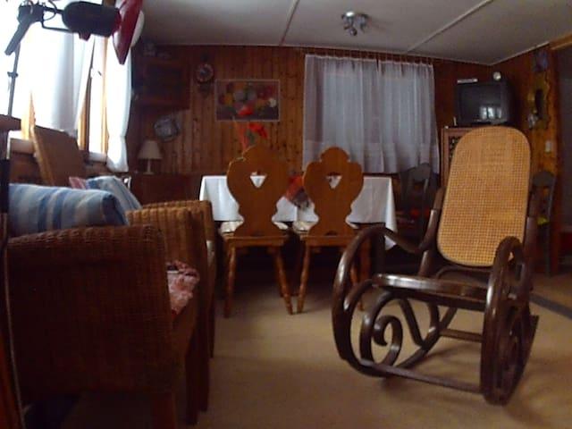 Urig eingerichtetes Wohnzimmer