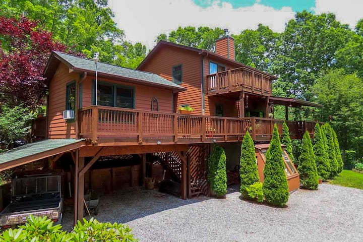 NEW! Smoky Mtns Escape: Cabin w/ Hot Tub & Views!