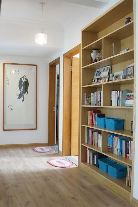 大书架上的图书可以取阅