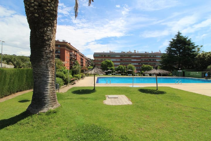 Gardens and pool, just 45 minutes to Bcn