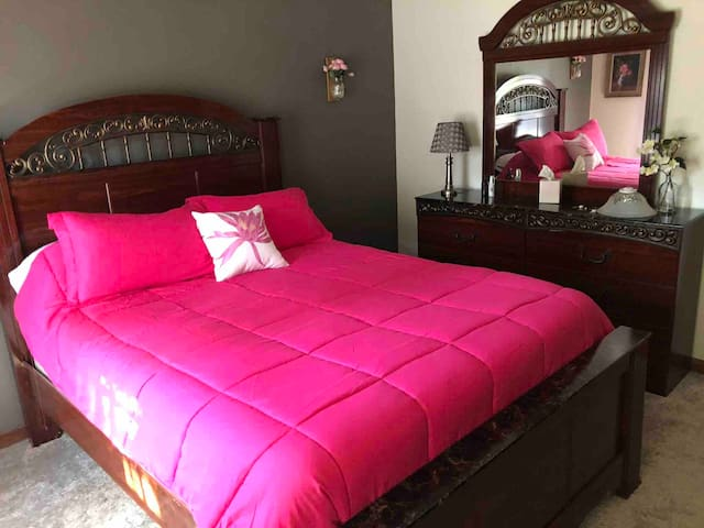 Extra bedroom with queen size bed