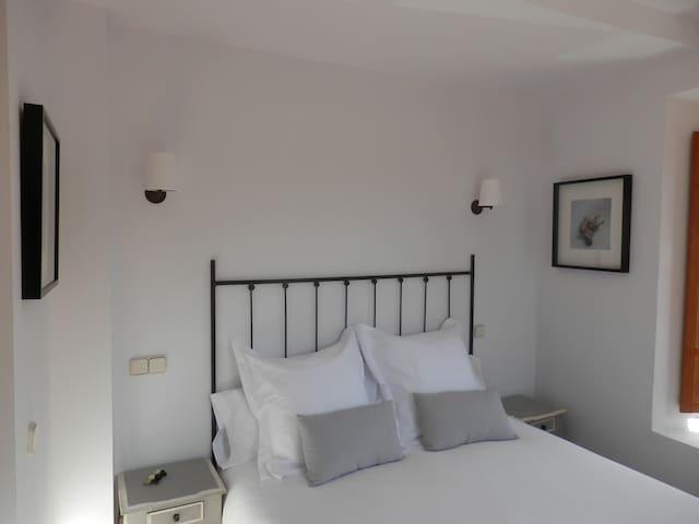 Hotel Rural Gay en Valdesaz (Hab.2) - Segovia - Bed & Breakfast