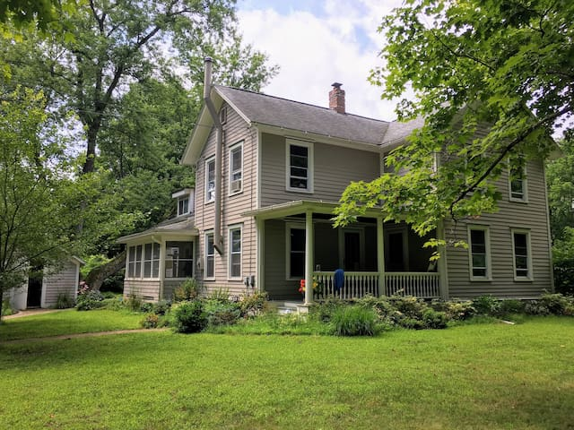 Spacious 10-person House in Brooktondale