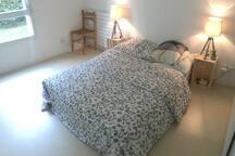 Chambre dans un appartement lumineux