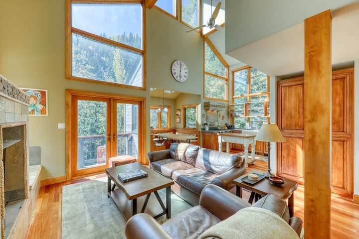 Modern mountain home w/ a balcony, fireplace, & gas grill. Bus to slopes!