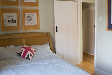 Double room with ensuite WC/basin. - Watlington