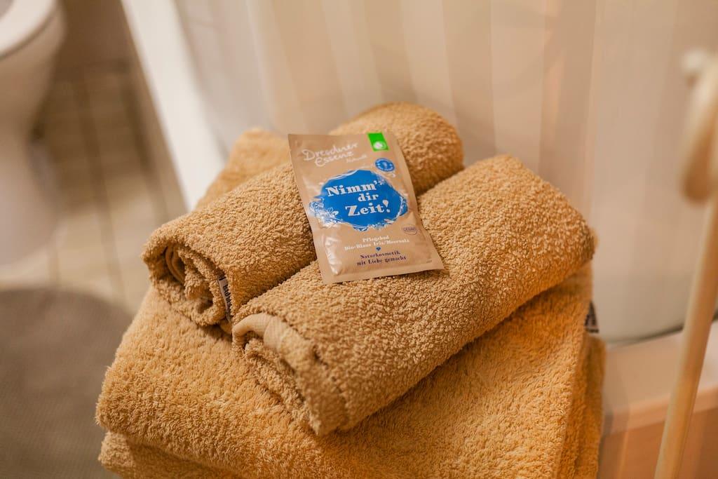 Nach einem ereignisreichen Tag nach Hause kommen und in der Wanne entspannend – wer mag das nicht. Wir haben für Sie zwei Sorten Badezusätze kostenlos bereitgelegt.
