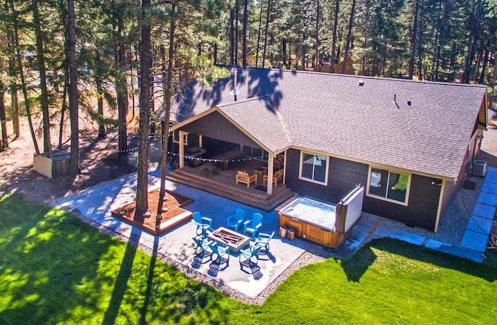 Tamarack Lodge-Fantastic Outdoor Living!  Private Hot Tub and Summer Pool!