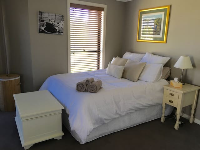 Comfortable Queen room. Private Bathroom. - Stanhope Gardens