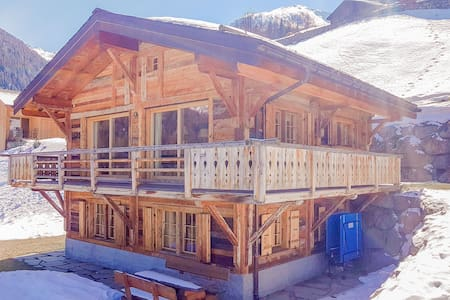 """Chalet Jessica - Modern 4 bedroom chalet in traditional """"old wood"""" finish"""