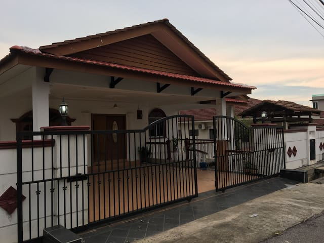 3 ROOMS BUNGALOW WITH PARKING LOT - Seri Kembangan - Domek parterowy