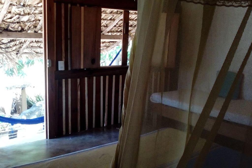 Al lado derecho está el sillón pequeño para reposar o leer.