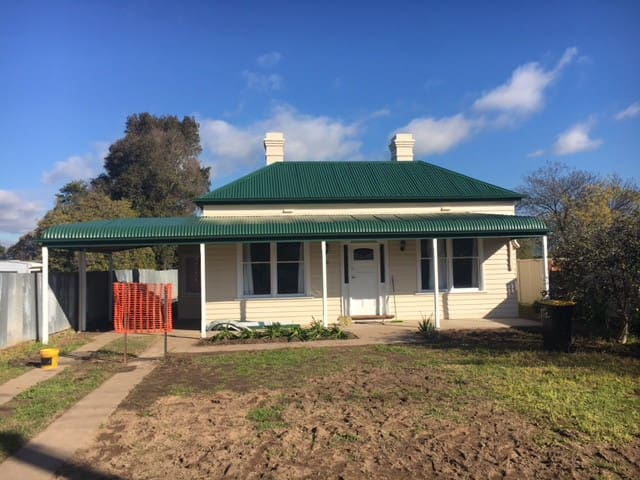 Country cottage in centre of town - Euroa - House