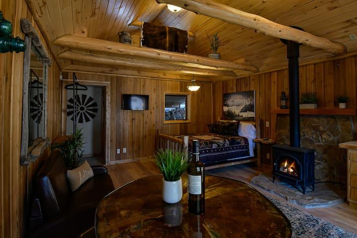 Romantic, private, cozy cabin with hot tub