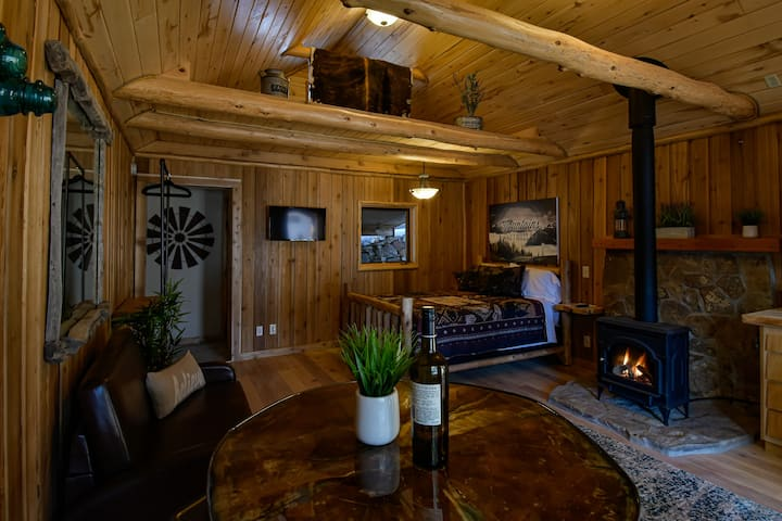 Romantic, private, cozy cabin with hot tub