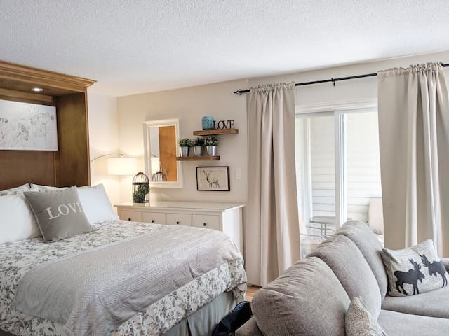Blue Mountain studio condo with salt water pool, tennis courts, hiking trails, ski -in/out access, fireplace, full kitchen, deep jetted tub and more!