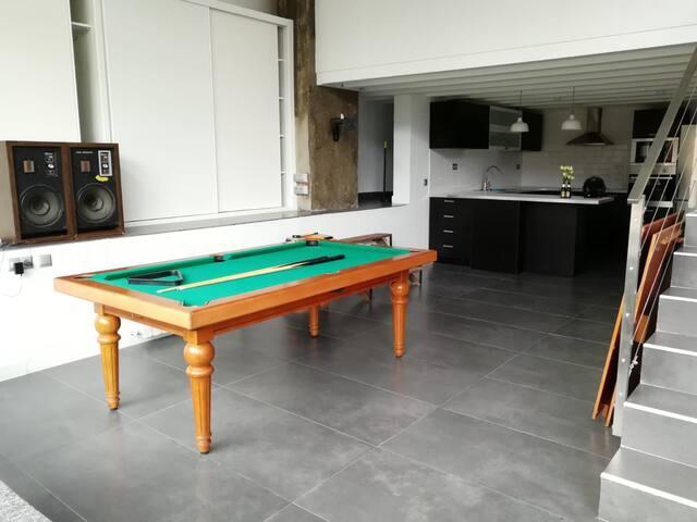 Room in loft, Caja Mágica (privat bath, breakfast)