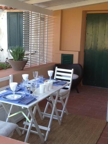 Alles, um sich zu einem stilvollen Mahl zu setzen, findet man im gut ausgestatteten  Geschirrschrank der Wohnung