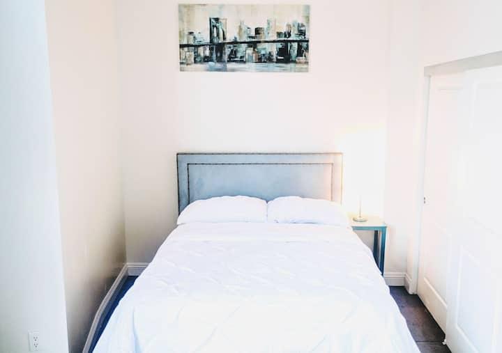 Modern Downtown Bed & Breakfast + 3 Qn Beds + WiFi
