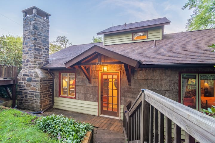 Charming 2BD/2BA with Hot Tub in Blowing Rock near Skiing and Area Attractions