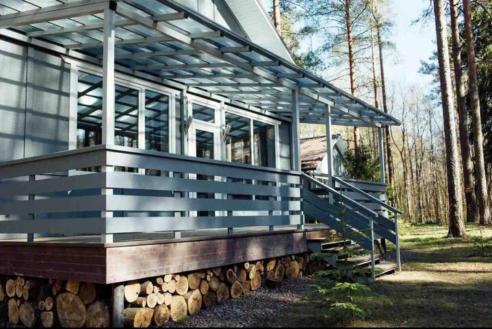 Дом с террасой,в сосновом лесу