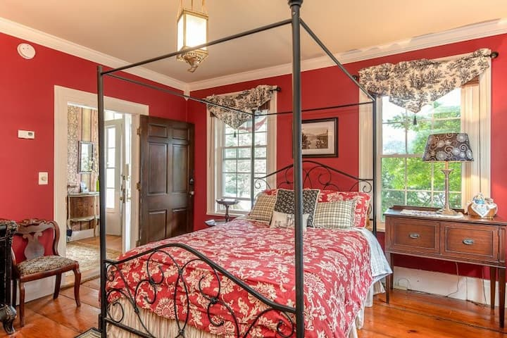 The Peggy Madeline Suite at the Van Winkle Inn