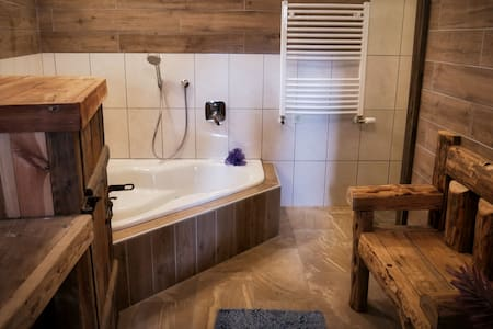 Private suite w/ rain shower - 3 mins walk to lake