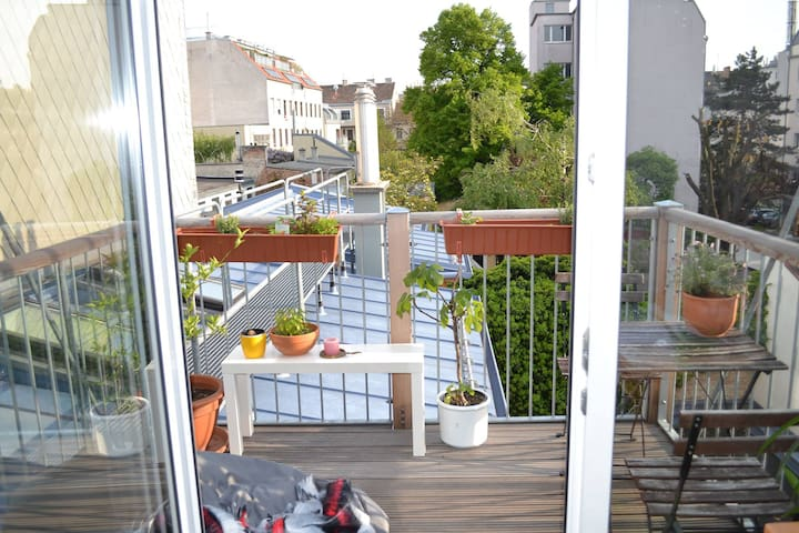 Lovely, good-located 20m2 room in commune