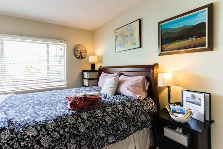 Frenchtheme Private bedroom, Pool near Disneyland!
