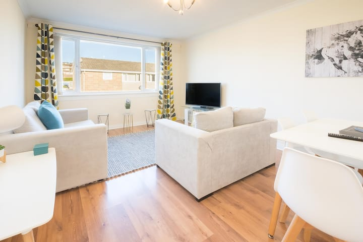 Westhill Apartment with Parking, Garden & Driveway