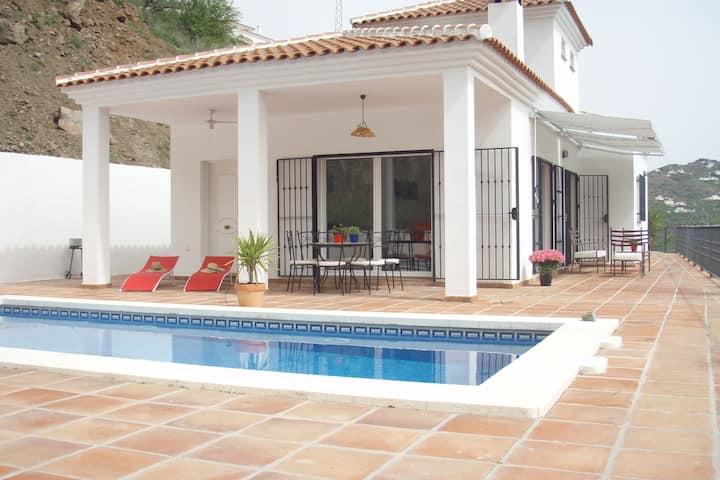 Moderne Villa mit eigenem Pool in Arenas (Spanien)