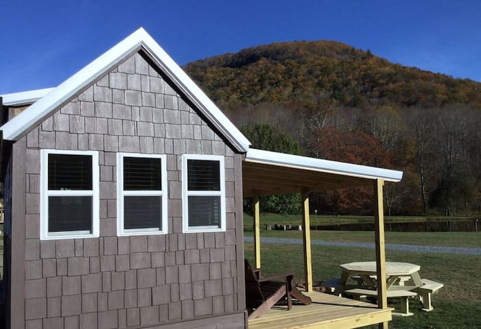 Buck Hill Tiny Home Cabin w/Mountain & Water Views - Newland - Cabin