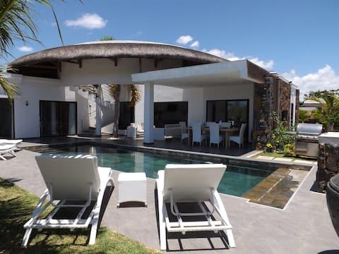 VILLA Private pool, 3 Bedrooms/Bathrooms, close to the sea