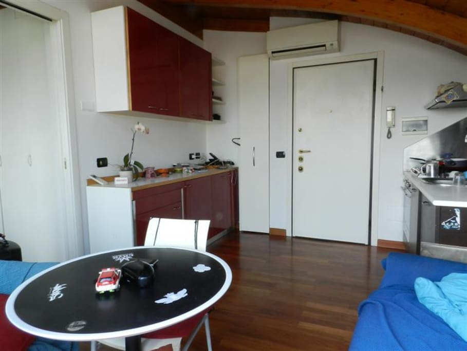 visione soggiorno-cucina fotografata dal balcone