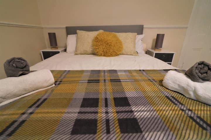 *HALF PRICE* Bute Lodge, Large Room w/FAST WIFI :)