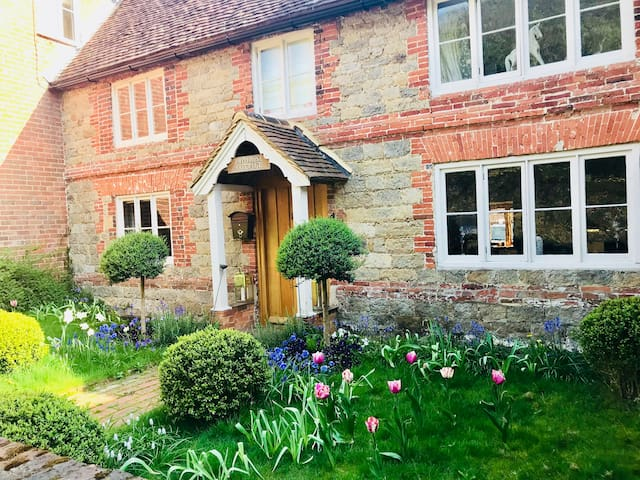 Large Luxury Cottage very near Cowdray /Goodwood