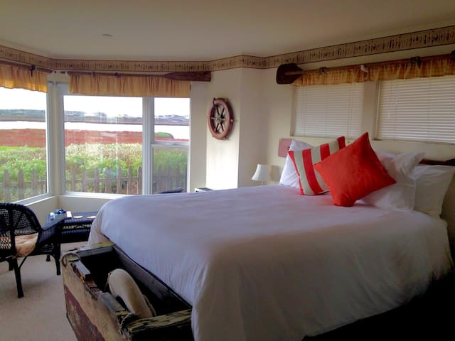 Castaway - Waterfront Shower Room - Moss Landing - Bed & Breakfast