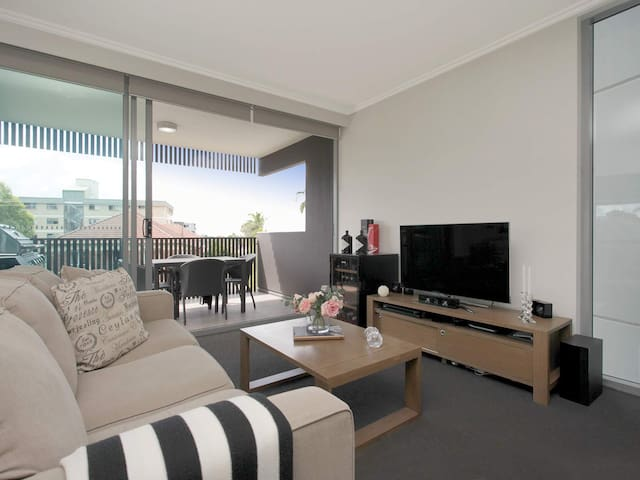Luxury 1 Bed Apartment With Pool & Secured Parking