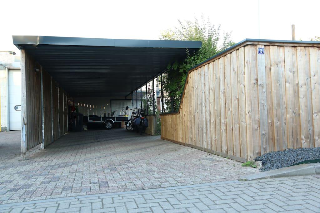 carport, ingang B&B. gratis overdekt parkeren.