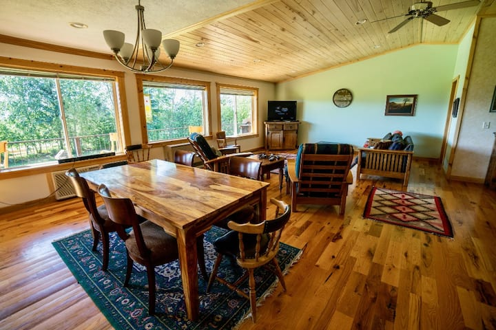 Comfortable Fox Creek Cabin