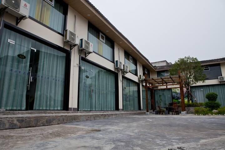 火车站一室一厅,榻榻米大床房,免费停车,可以做饭,舒适庭院小花园凉亭。