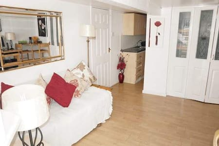 Fantastic Independent Studio Flat - Swindon