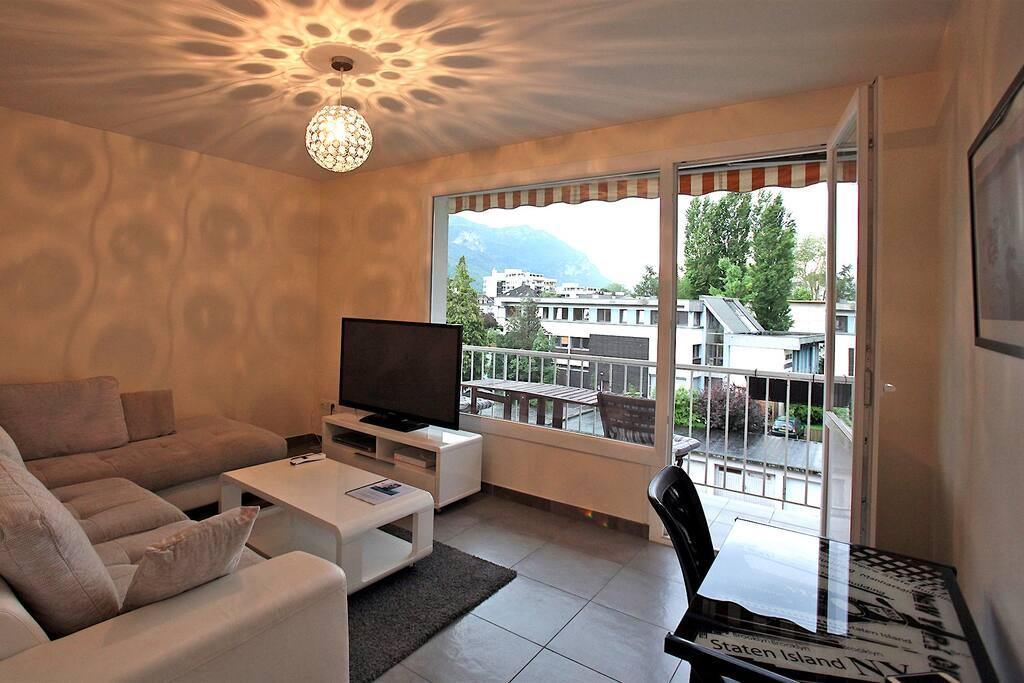 La salon donnant sur le balcon - The living room with its balcony