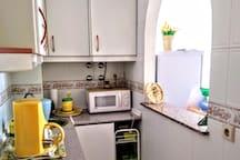 Mi pequeña Cocina  está  completamente equipada. Tengo horno y vitrocerámica por supuesto y microondas y todo para cocinar