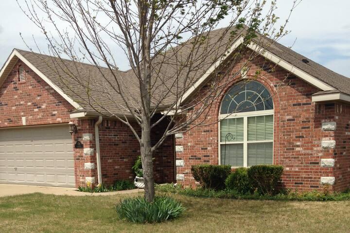Fayetteville Home near U of A - Fayetteville - Huis