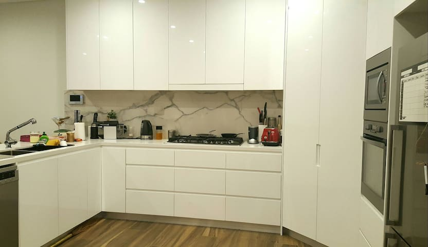 Master Bedroom in a Brand New Spacious House - North Ryde - Huis