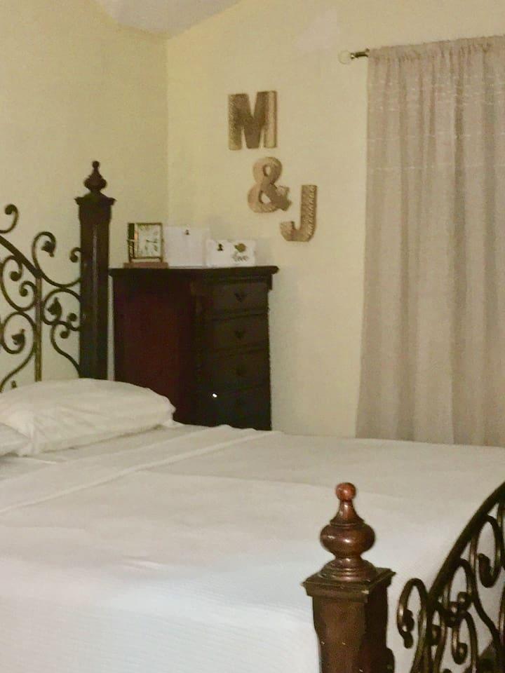 Habitación con baño y aire acondicionado