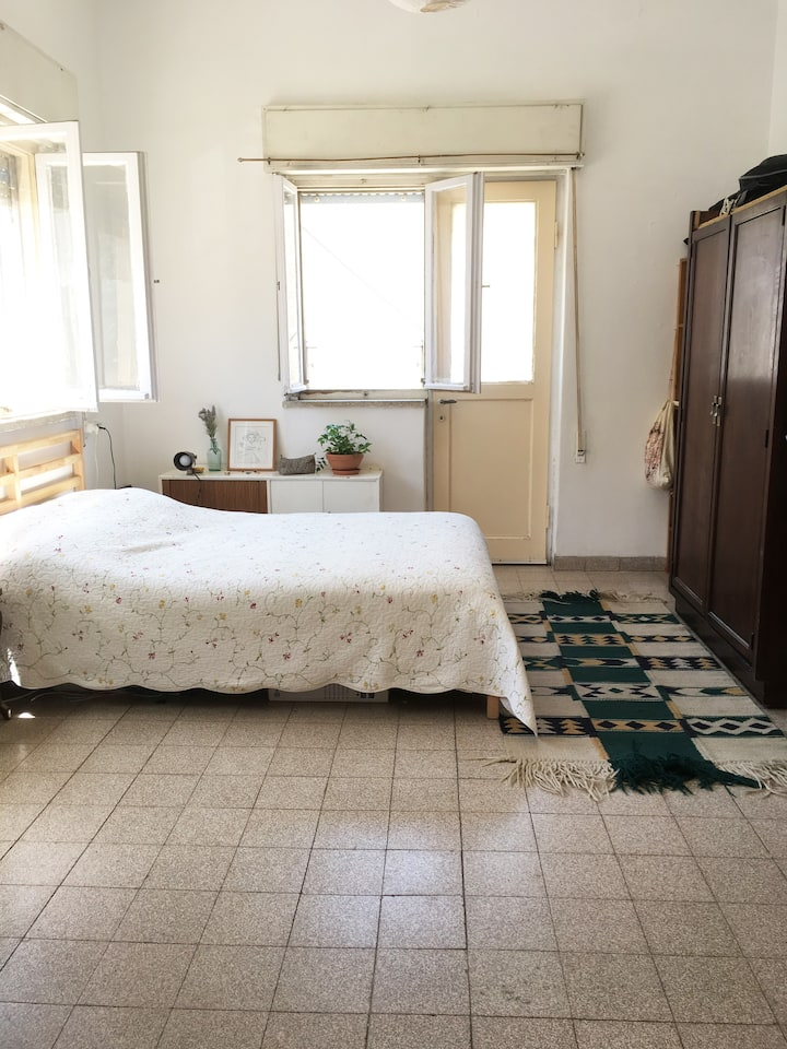 Spacious Sunny Apt. in beautiful Nachlaot
