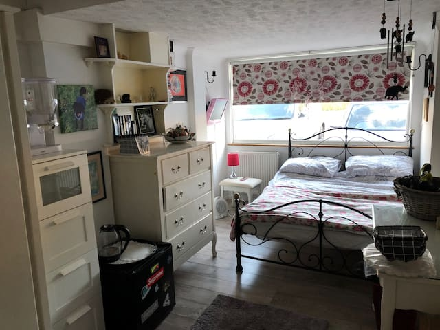 Cosy room with ensuite and breakfast