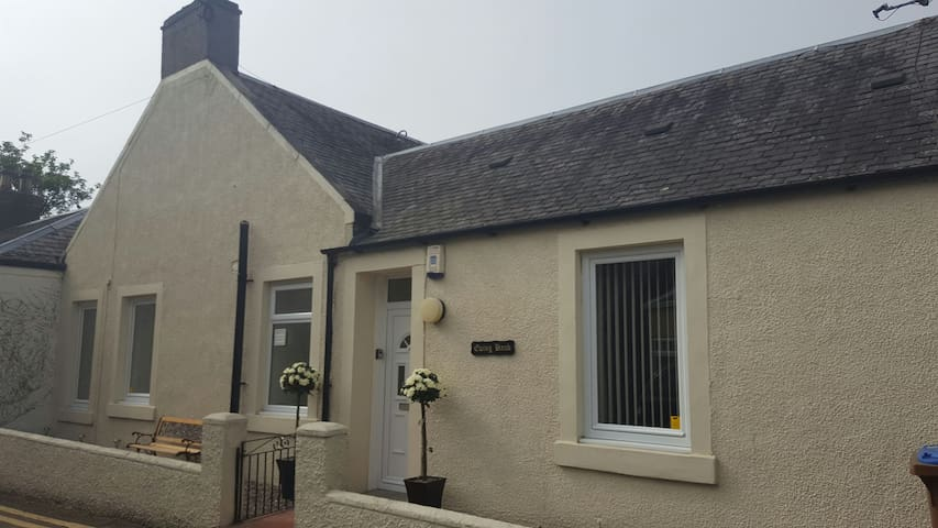 Ewing Bank Cottage with golf course opposite. - Leven - Bungalou